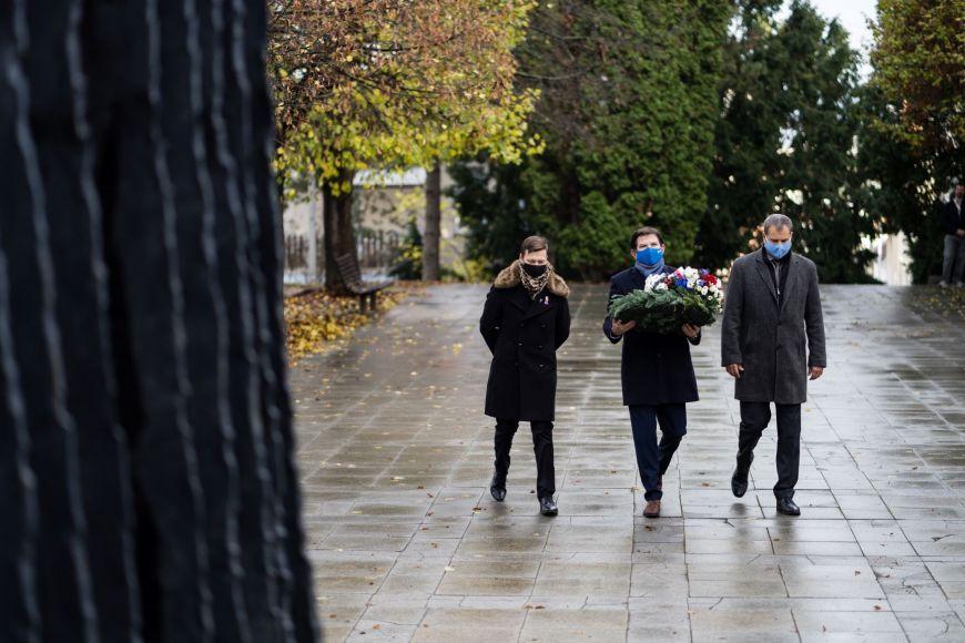Zástupci MU před památníkům vKounicových kolejích.