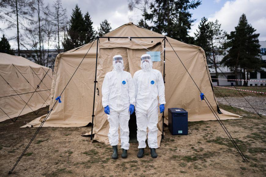 Studenti Lékařské fakulty MU pomáhající vodběrových stanech uFakultní nemocnice Brno.