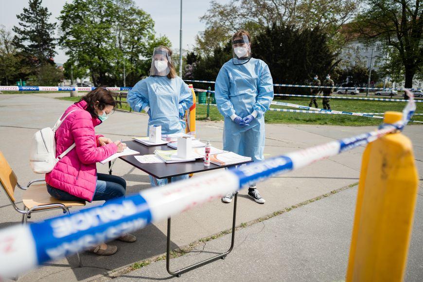 Plošné testování populace na koronavirus se odehrávalo ina Moravském náměstí vBrně. Medici zMUNI byli utoho.