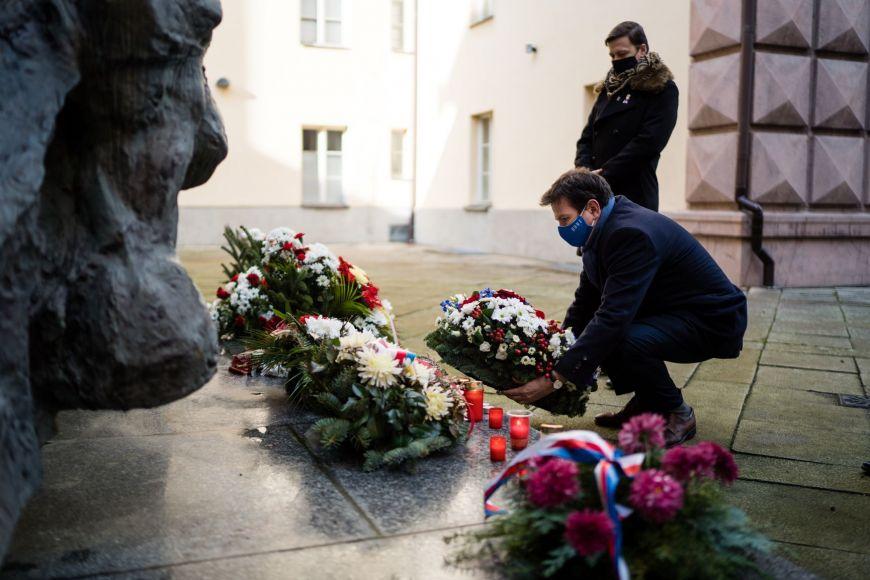 Předseda SKAS MU Jiří Němec, rektor MU Martin Bareš apředseda AS MU Josef Menšík a tam pokládají věnec kPamátníku obětí nacistické totality.