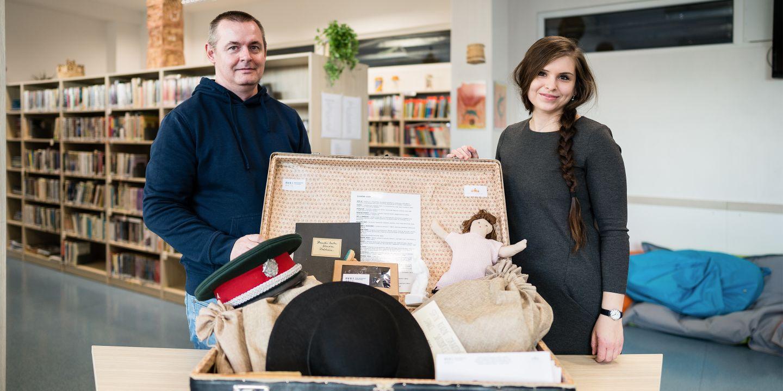 Pavol Tišliar a Monika Mažárová s muzejním kufříkem.