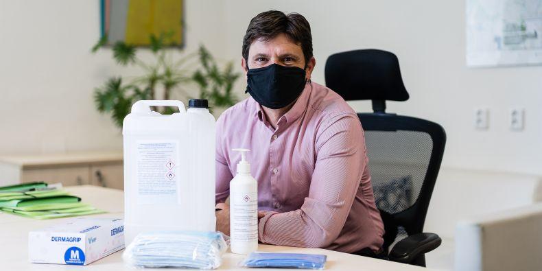 Tomáš Říha zajišťoval distribuci dezinfekce po všech budovách MUNI a získávání povolení, že je možné z lihu, do té doby určeného čistě pro laboratorní účely, dezinfekci míchat.