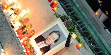 Už 18. prosince kolem osmé hodiny večerní se začaly na Moravském náměstí scházet všichni, kteří se chtěli poklonit Václavu Havlovi, jenž zemřel ten den ráno. Foto: Martin Kopáček.