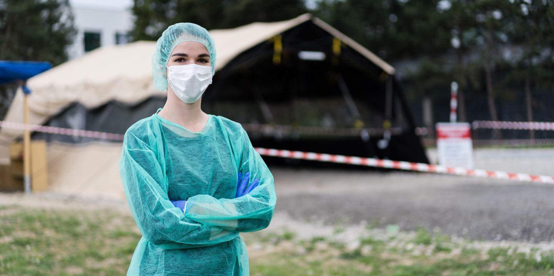 Kristína Pečíková před odběrovým stanem u Fakultní nemocnice Brno.