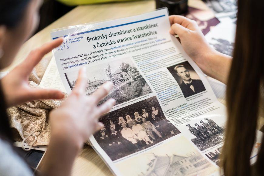 Uvnitř kufříku jsou kopie archivních dokumentů afoto- grafie ipředměty, které děti používají, aby sjednotlivými etapami dějin tábora seznámily své spolužáky