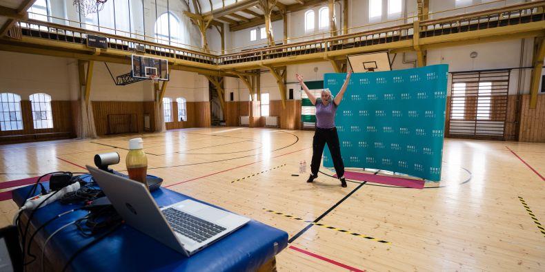 Zora Svobodová při online cvičení v tělocvičně Pod hradem.