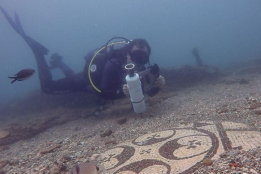 Aby si potápěč mohl zobrazit vizualizaci místa, je potřeba ho umět na konkrétním místě zaměřit avědět, jakým směrem se pohybuje. Na souši by se ktomu použil GPS signál, ten se ale pod vodou nedá zachytit.