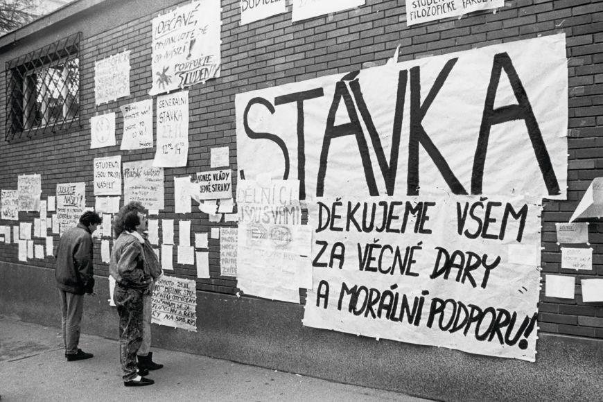 Zeď filozofické fakulty vulici Arna Nováka.