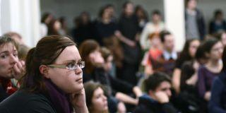 Aula fakulty sociálních studií byla plná studentů, kteří si přišli poslechnout přednášky a diskuse o reformě. Foto: David Povolný.