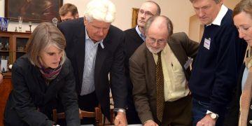 Přednášející odborníci dostali možnost prohléd- nout si i cenný rukopis G. J. Mendela, jenž se stal základem pro vědní obor genetiky. Foto: Martin Kopáček