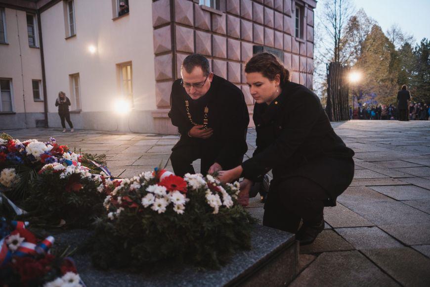Za Přírodovědeckou fakultu MU děkan Tomáš Kašparovský aVeronika Křešťáková.