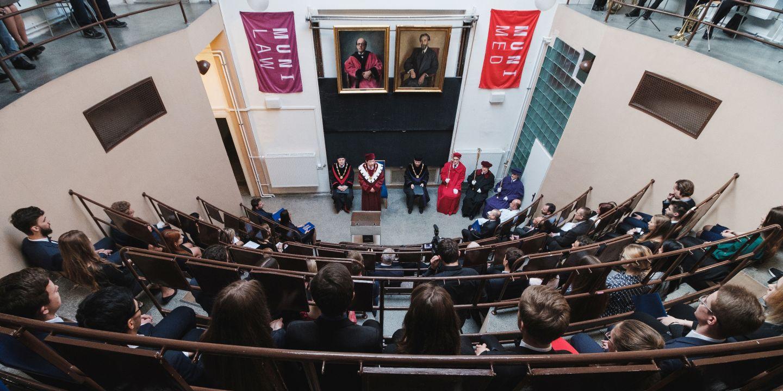 Přednáškový sál v ústavu soudního lékařství ozdobily kromě vlajek dvou fakult, které jako první zahájily výuku, také portréty profesorů, z jejichž přednášek se četlo: Jaroslava Kallaba a Pavla Ludvíka Kučery.