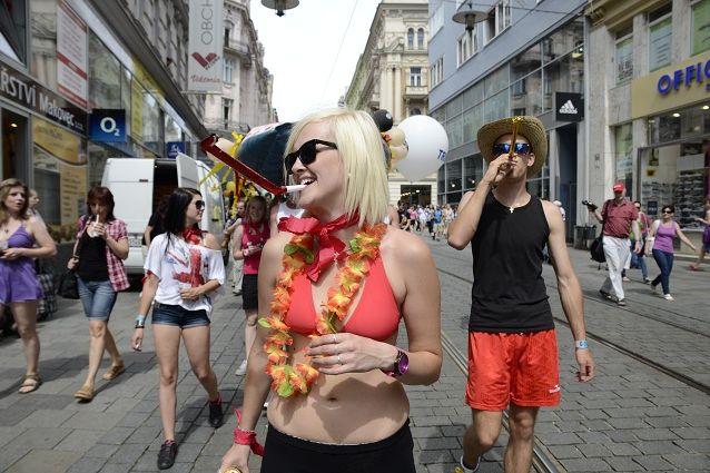 Majálesové veselí začalo vpátek už dopoledne na náměstí Svobody shozením májky aprůvodem kandidátů na krále Majálesu. Foto: David Povolný.