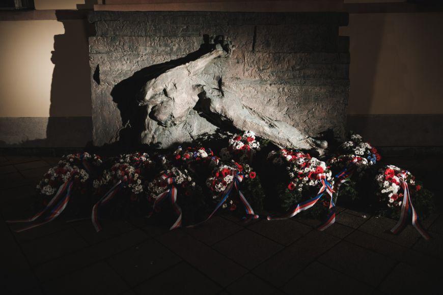 Pomník splastikou Vlastence avěnci od představitelů univerzity.