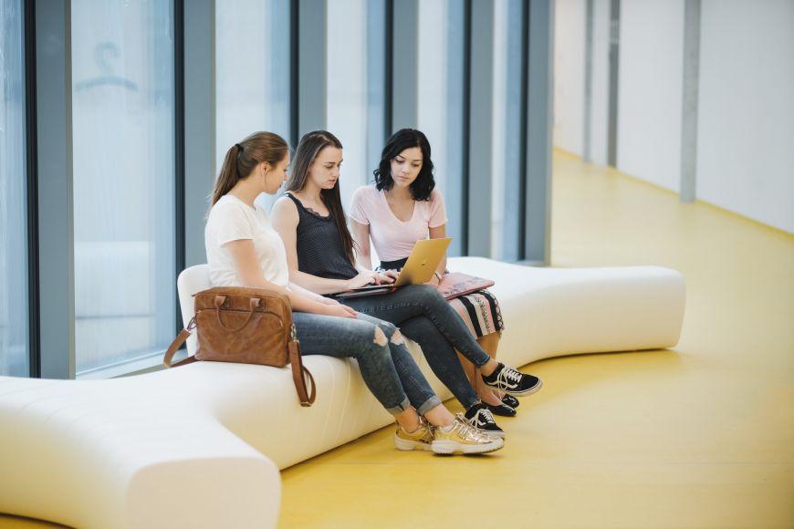 V moderní budově je ipříjemné zázemí pro pauzy mezi výukou.