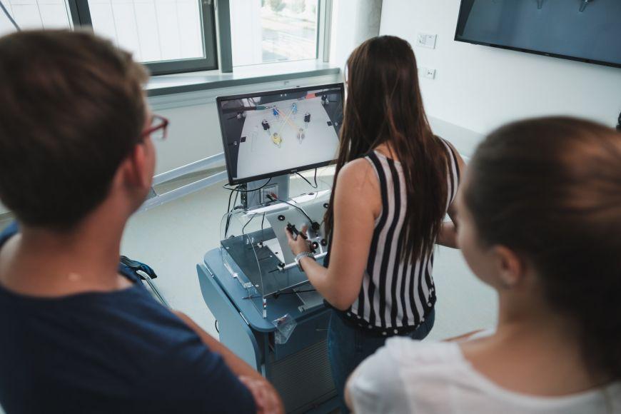 Studenti si prakticky vyzkouší řadu dovedností - například laparoskopii na trenažéru.