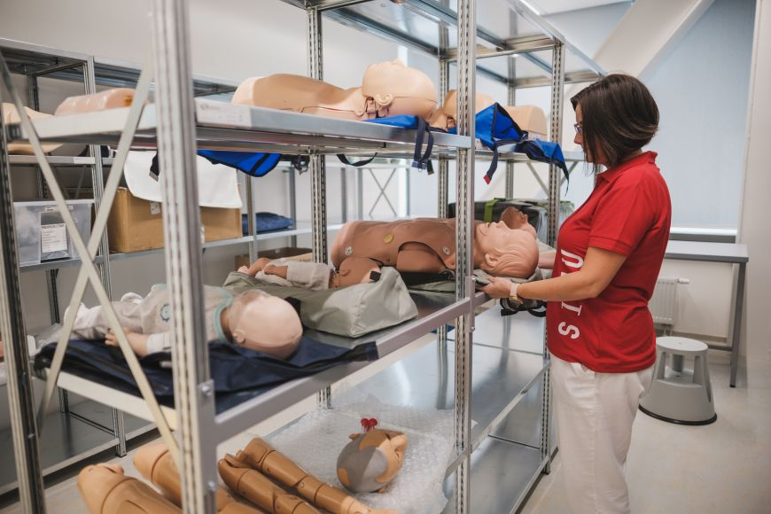 Na studenty čekají rozličné pacientské simulátory.