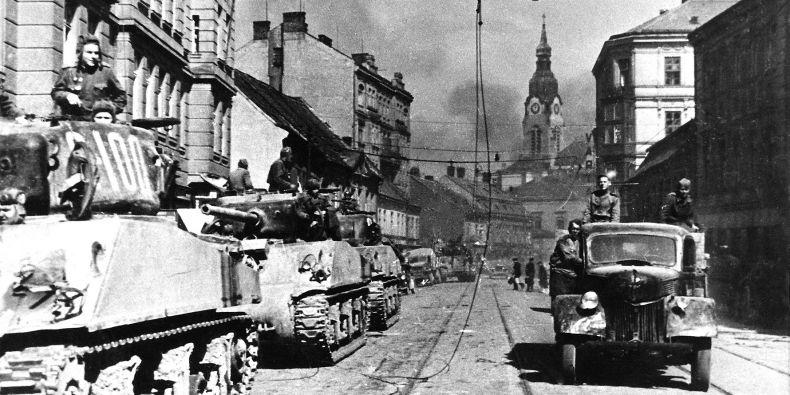 Tankové jednotky Rudé armády na postupu ulicí Křenovou. Sovětská armáda spolu s rumunskou osvobodila Brno 26. dubna 1945.
