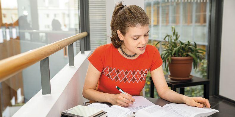 Je třeba vyhnout se použití nerelevantních informačních zdrojů, plagiování, psaní obecností a oborových samozřejmostí, klišé a rozhodně pravopisným a stylistickým chybám.
