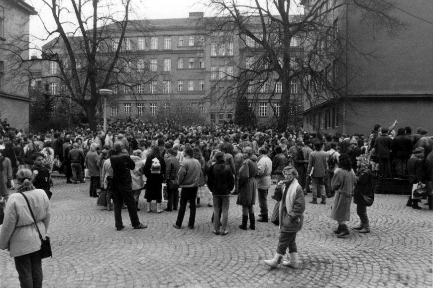 Nádvoří Filozofické fakulty vpondělí 20.11. 1989, kam stávkový výbor FF sezval všechny brněnské vysokoškoláky, aby založil stávkový koordinační výbor apřipravil základní program.