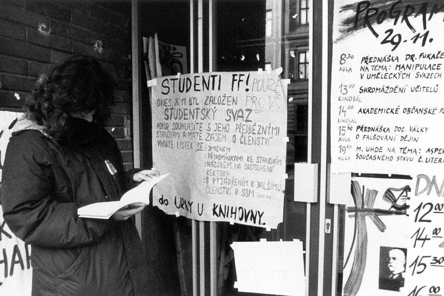 Vstupní dveře na filozofickou fakultu na podzim roku 1989 se seznamem přednášek, které by dříve nebyly možné.