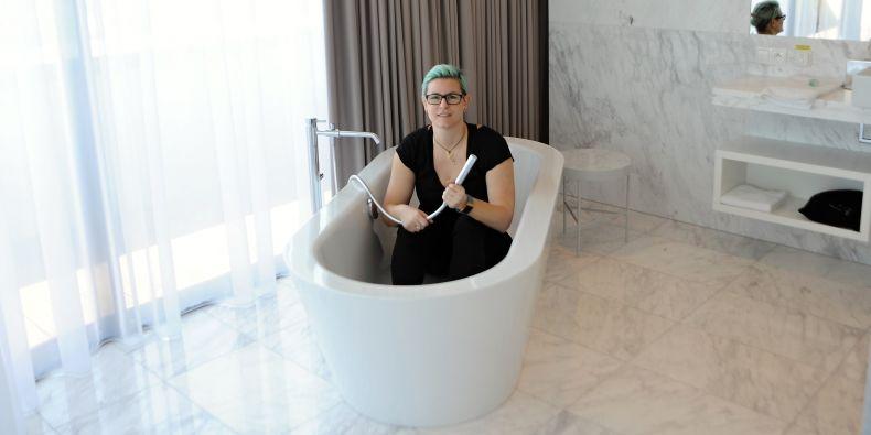 Martina Petříková v interiéru brněnského hotelu Courtyard by Marriott.