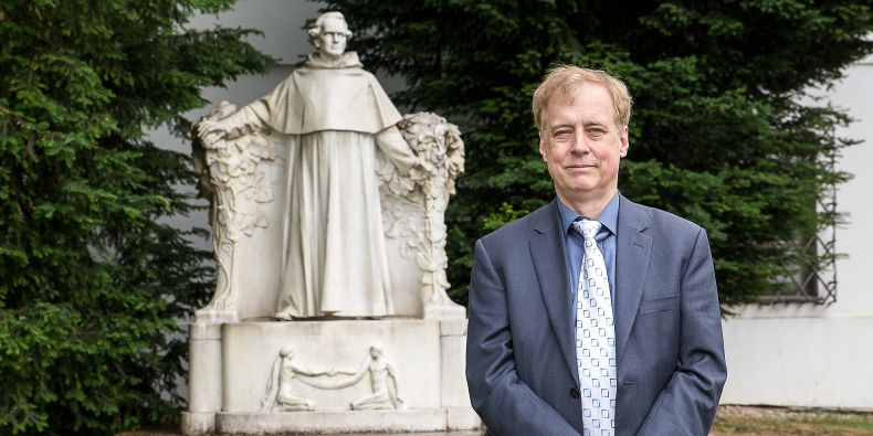 Steven Benner u sochy otce genetika Gregora Johanna Mendela v Brně.