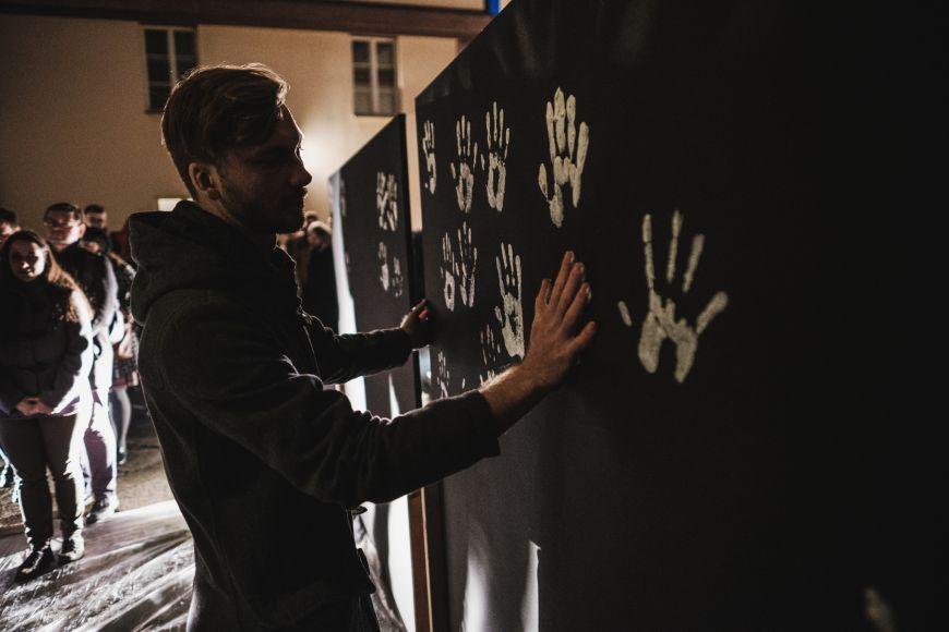 Účastníci piety mohli otisky svých dlaní pomoci symbolicky obarvit černé plátno na bílo.