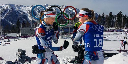 Jitka Landová a Eva Puskarčíková pod olympijskými kruhy.