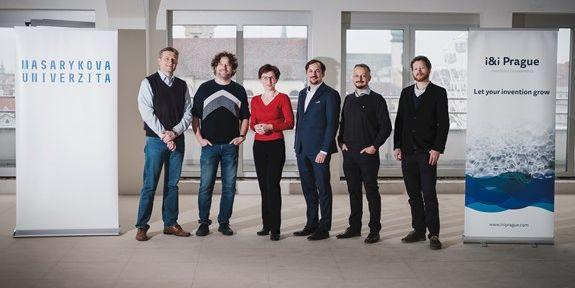 O novou spin-off firmu se zasloužili (zleva) Kamil Paruch, Vítězslav Bryja, Eva Janouškovcová, Jaromír Zahrádka, Radoslav Trautmann a David Stíbal.