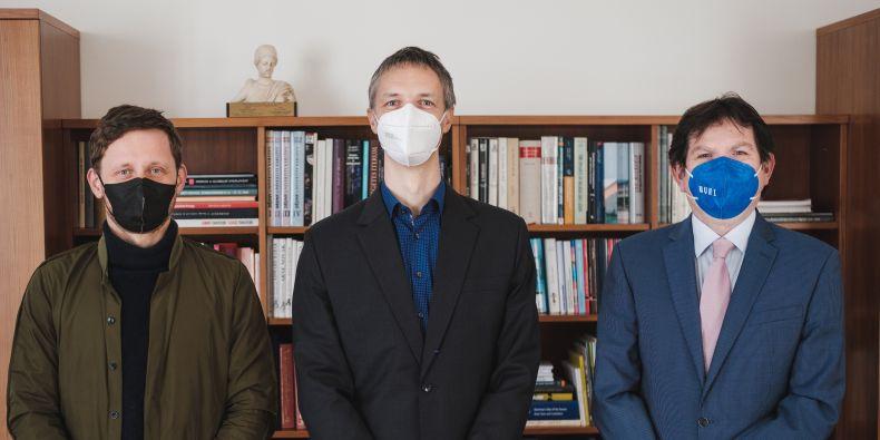 Dvěma držitelům ERC Consolidator grantu (zleva) Davidu Kosařovi a Robertu Váchovi poblahopřál rektor MU Martin Bareš.