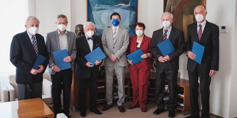 Emeritní profesoři převzali od rektora Martina Bareše jmenovací dekrety.