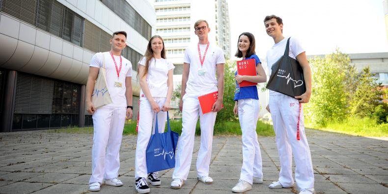 Lékařská fakulta má vlastní MEDshop. Studenti v něm najdou oblečení pro praxe.