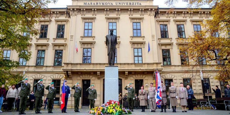 Připomínka 98. výročí založení Československa v Brně u sochy TGM na Komenského náměstí.
