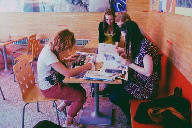 Jedním zúkolů bylo najít autory interiéru café Steiner, aniž by účastnici vyšli zprostoru kavárny ven. Foto: Karolina Cermanová.
