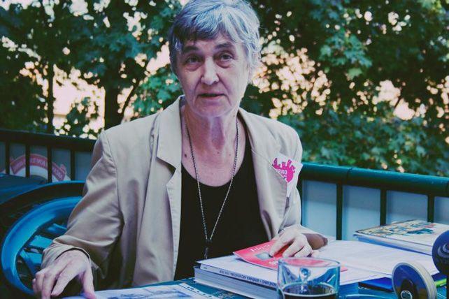 Eva Staňková vypráví okolonii staveb nedaleko Jurkovičovy vily. Foto: Karolina Cermanová.