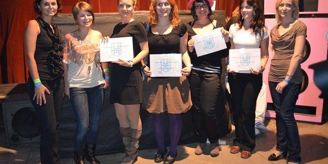 Oceněné studentky soutěže 'Domov, daleko od domova' společně s organizátorkami akce. Foto: Veronika Tomanová.
