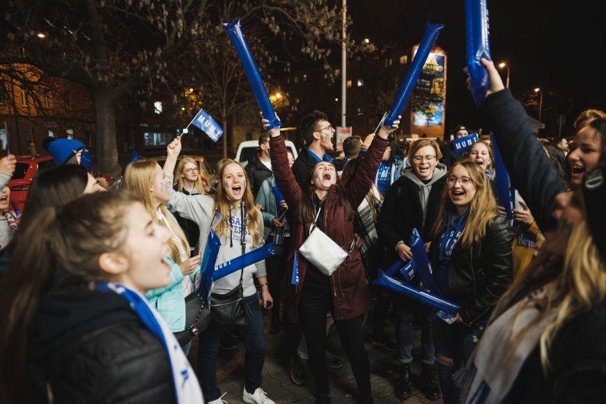 Průvod studentů před hokejovým zápasem.