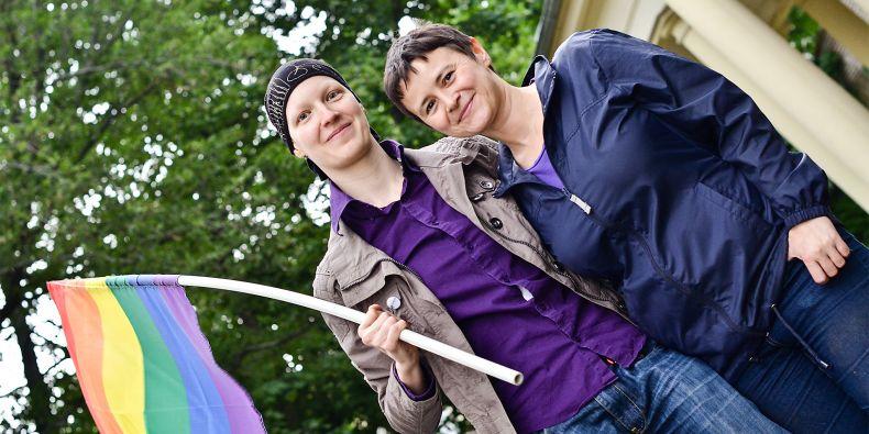 Alžběta Možíšová (vlevo) s partnerkou na Queer univerzitním týdnu.