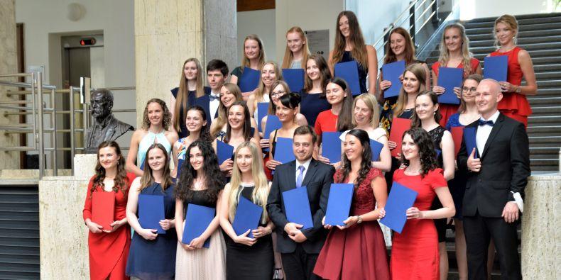 Absolventi Farmaceutické fakulty převzali dnes diplomy s logem MU.