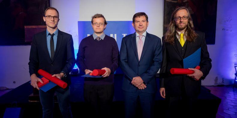 (zleva) Informatik Valdemar Švábenský, antropolog Robin Pěnička (v zastoupení převzal cenu za Martina Čutu), rektor Martin Bareš a psycholog Jan Šerek.