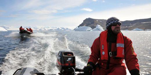 Letošní expedici provázela trochu smůla. Kvůli problémům s transportem přijeli na Antarktidu se zpožděním a později z ní také odjížděli. Foto: Kamil Láska.