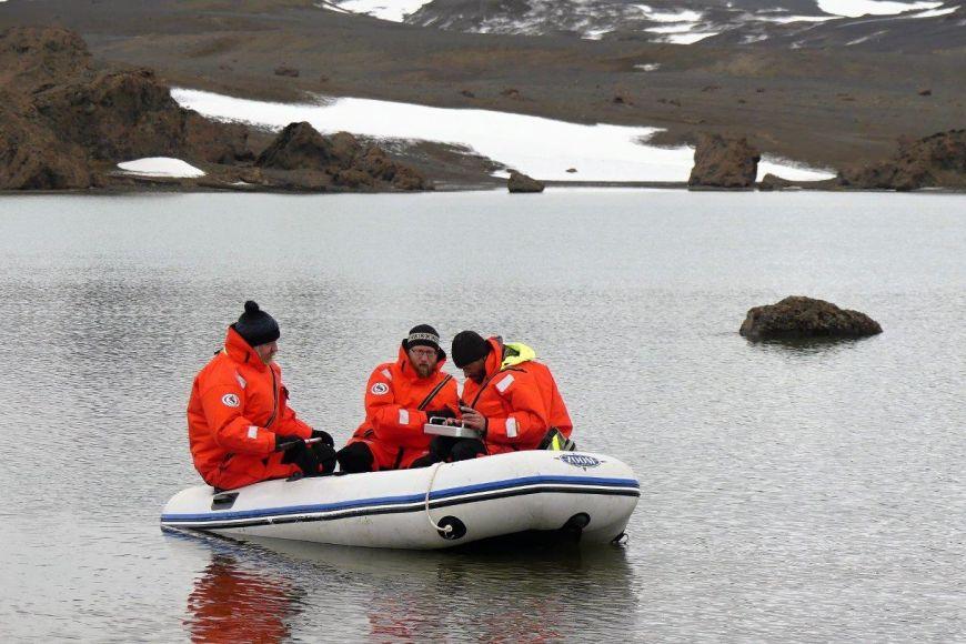 Díky tomu, že nebyl zamrzlý průliv, mohli výzkumníci na člunech vyplouvat také na sousední ostrovy.