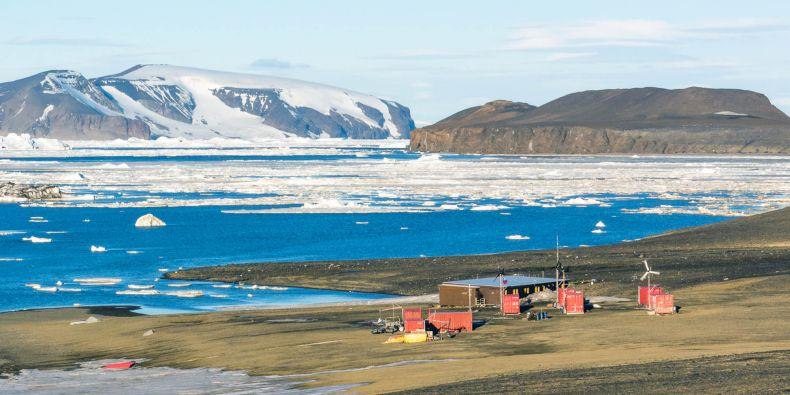 Vědecká stanice Johana Gregora Mendela na ostrově Jamese Rosse.