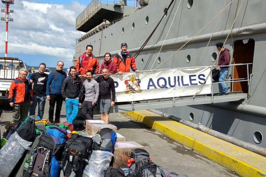 Nalodění na vojenskou loď AP-41 Aquiles vchilském Punta Arenas.