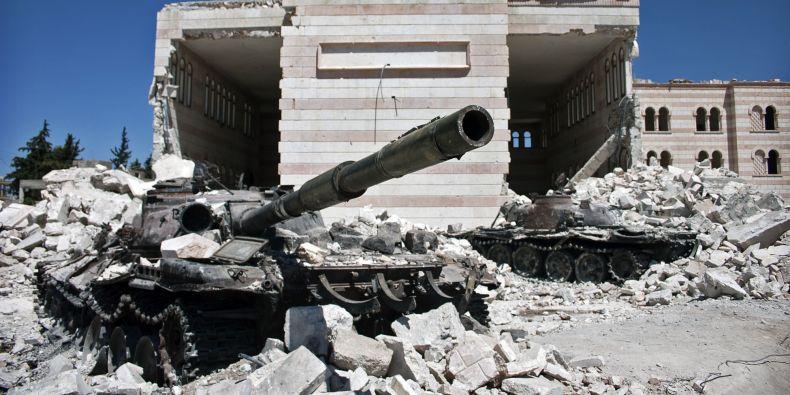 Zničené syrské tanky ve městě Azaz.