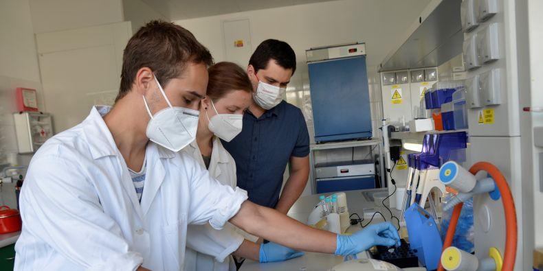 Do výzkumu bakteriofágů se zapojili mladí vědci vedení Tiborem Botkou (první zprava).