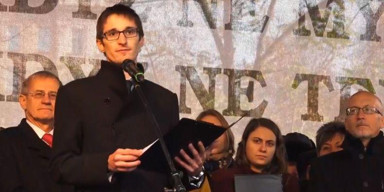 Autorem projevu předneseného 17. listopadu 2018 na pražském Albertově je předseda slovenské Studentské rady vysokých škol Bálint Lovász.