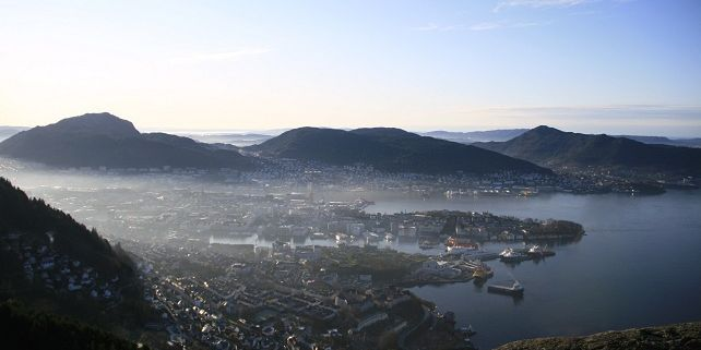 Bergen je uzavřený v horách, proto tu déšť a mlha mají svůj ideální prostor. Foto: Martina Hromádková.