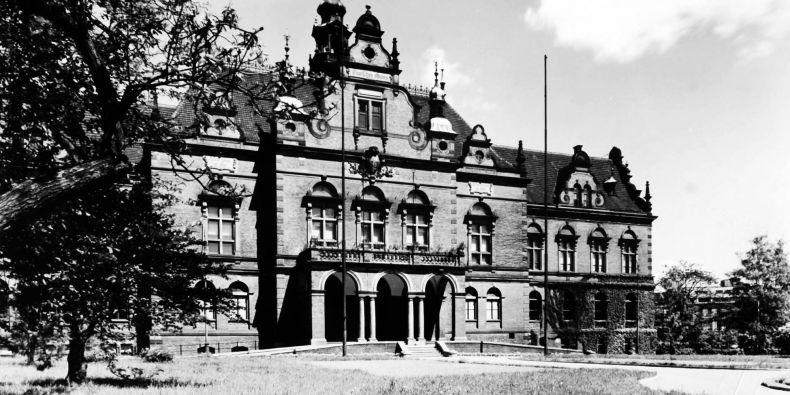 Dnes již neexistující Německý dům stával v parku na Moravském náměstí.